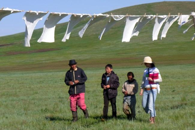 モンゴルの草原でTシャツアート展