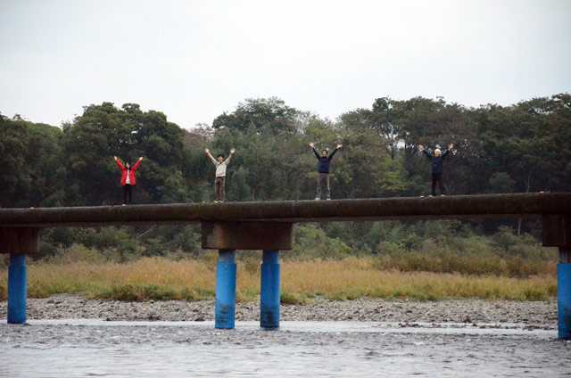 佐田の沈下橋の上でロケ地調査隊のメンバーと