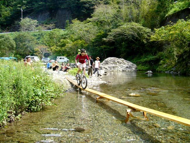 2鏡川の川面にジャンプ台