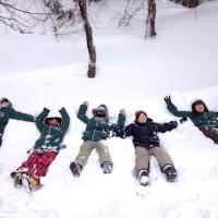 除雪を楽しむ女子大生