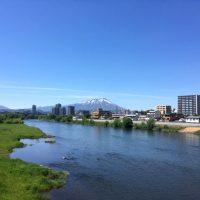 市街地と岩手山の風景