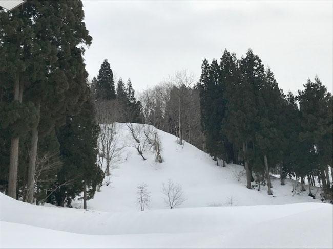 スキー大会をしたという分校裏
