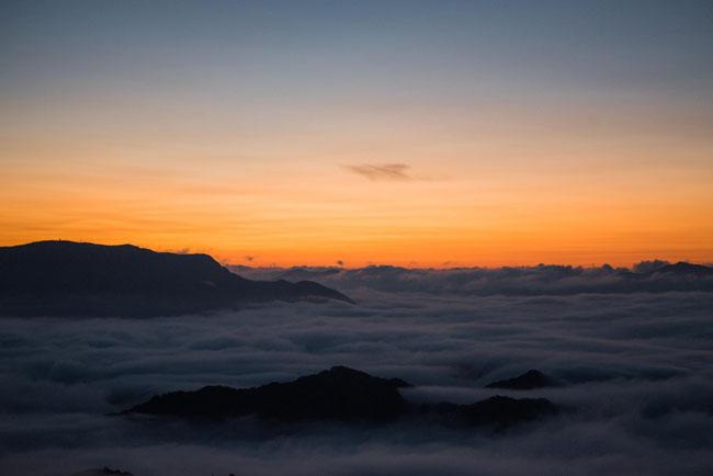 朝焼けのオレンジ色と雲海