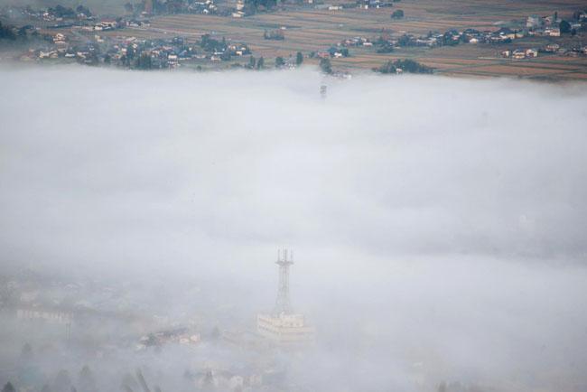 雲の下の町は霧の中