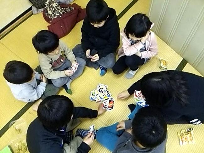 子供達が集まって遊んでいるという風景