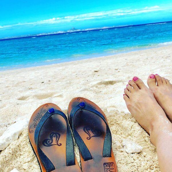 沖縄の海と革ぞうり