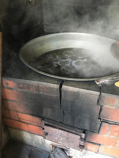 薪で湧かした鍋