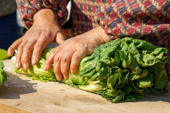 高菜を塩もみ