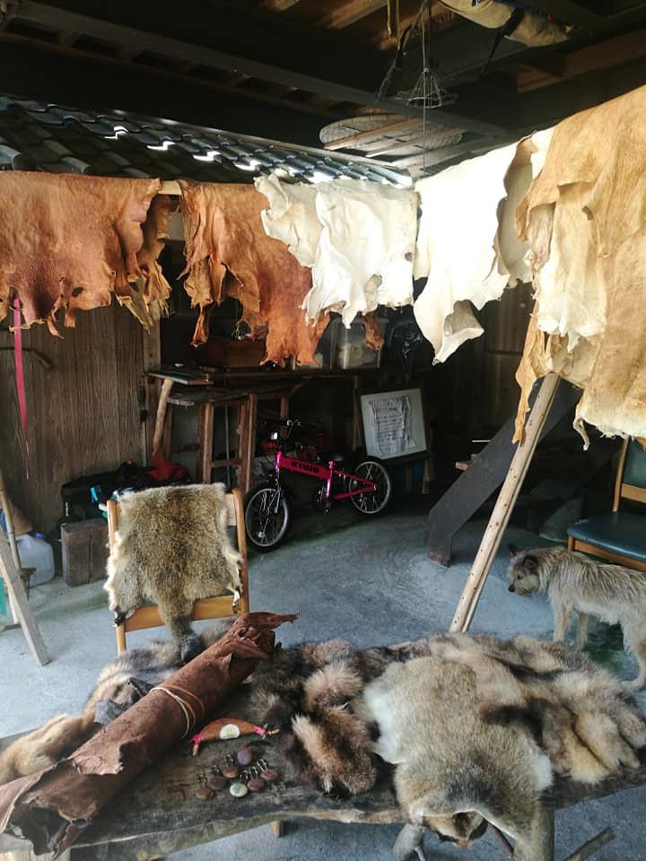 四万十革屋 なめされた革がいっぱい
