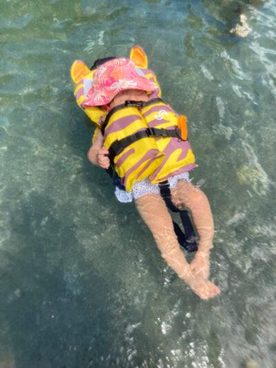 川に浮かぶ娘