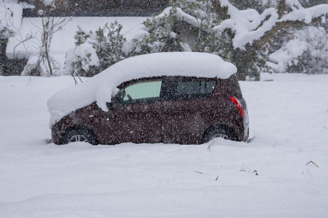 雪の中の車