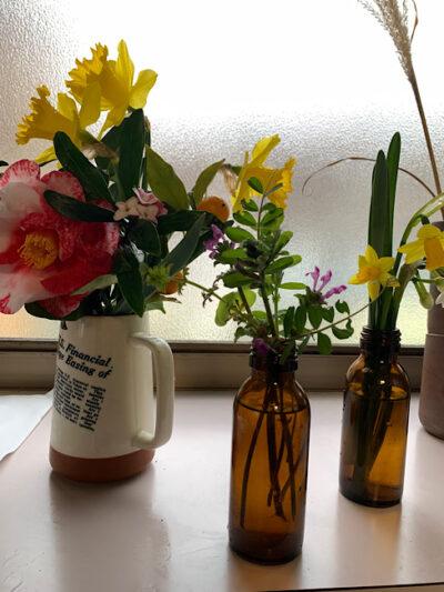 庭の花を生ける